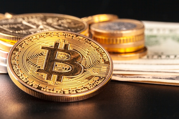 Moeda de bitcoin de ouro e dólares americanos Foto Premium