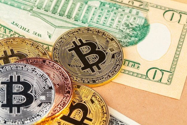 Moeda de bitcoin dourada e dólares americanos Foto Premium