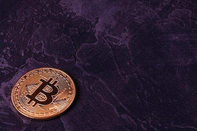 Moeda de criptografia bitcoin bonita no escuro do concreto Foto Premium