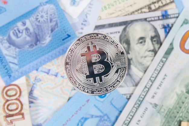 Moeda de prata bitcoin em dólares close-up Foto Premium