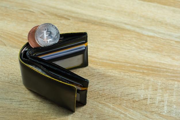 Moeda digital bitcoin com carteira ou bolsa de couro Foto Premium