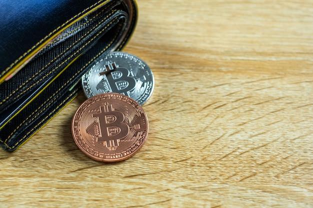 Moeda digital de bitcoin com carteira de couro na mesa Foto Premium