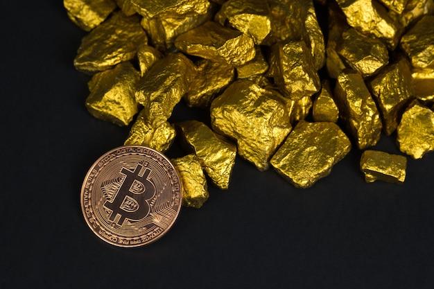 Moeda digital de bitcoin e pepita de ouro sobre fundo preto Foto Premium