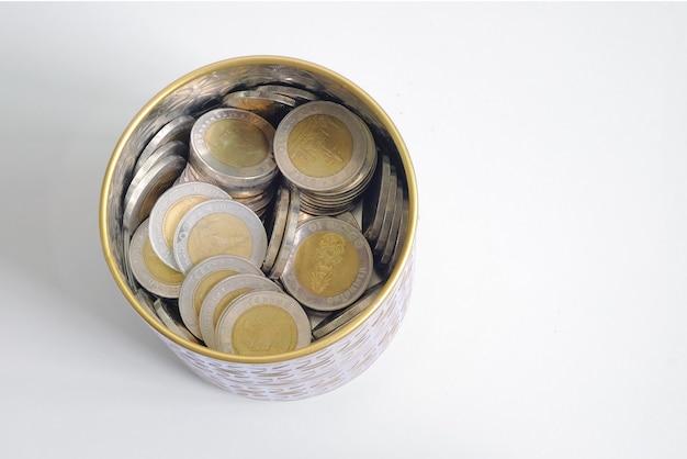Moeda tailandesa do dinheiro na economia da garrafa para o futuro e no investimento. vista superior isolada. Foto Premium