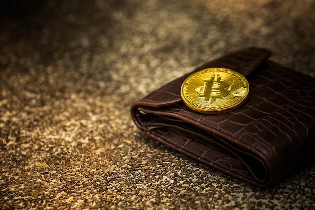 Moedas de ouro bitcoin em muitas carteiras. Foto Premium
