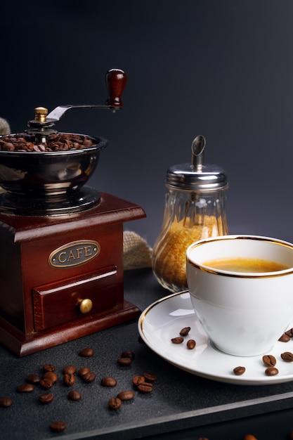 Moedor de café e copo Foto Premium