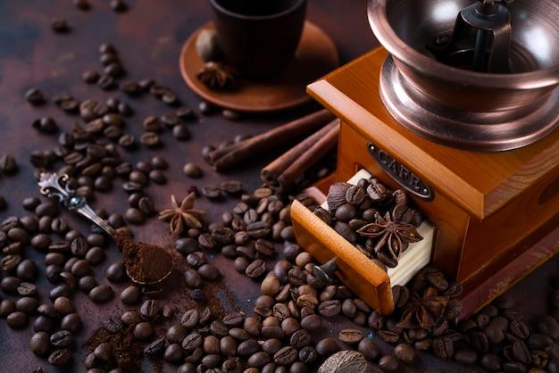 Moedor de café retrô com feijão Foto Premium