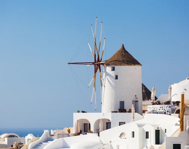 Moinho de vento em oia, santorini. Foto Premium