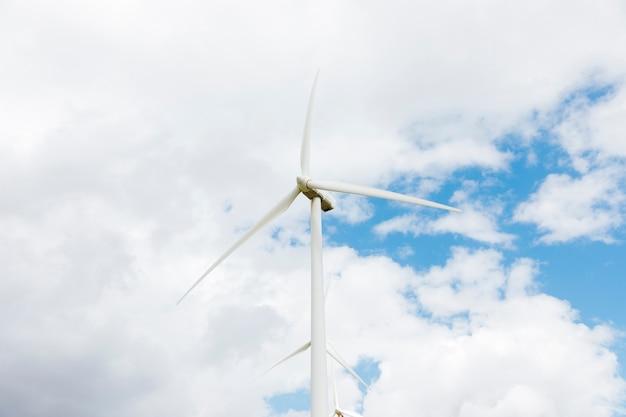 Moinhos de vento contra o céu nublado Foto gratuita