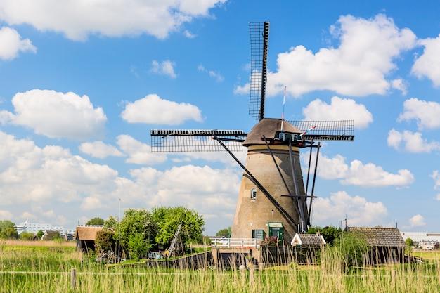 Moinhos de vento famosos na vila de kinderdijk na holanda. Foto Premium