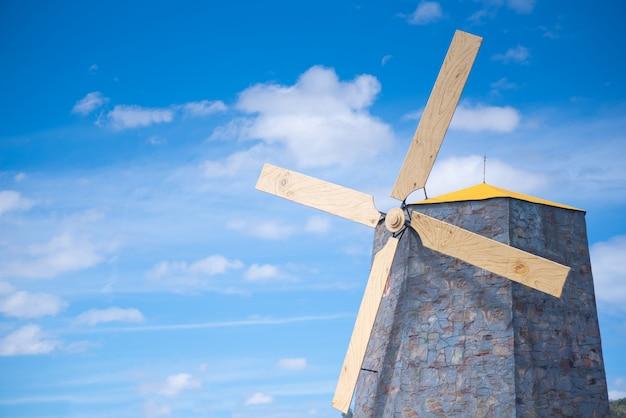 Moinhos de vento no campo em um céu brilhante e em dias ensolarados. Foto Premium