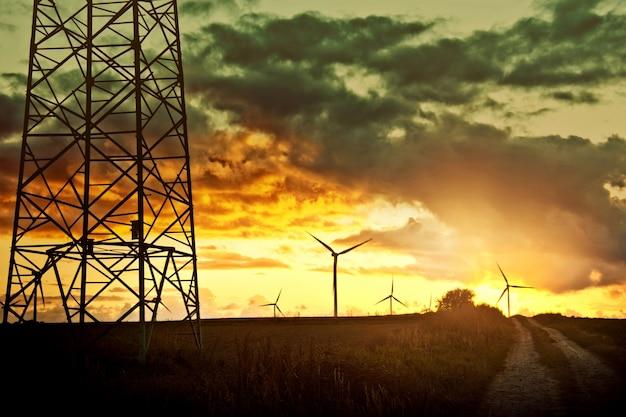 Moinhos de vento no campo. Foto gratuita