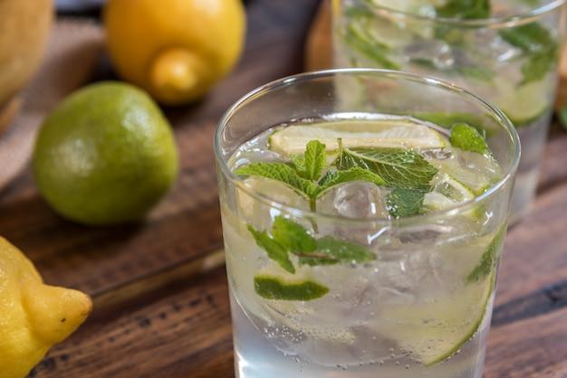 Mojito cocktail e seus ingredientes Foto Premium
