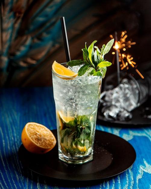Mojito cocktail servido em copo Foto gratuita