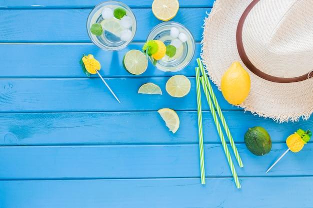 Mojito cocktails em copos com chapéu de palha Foto gratuita
