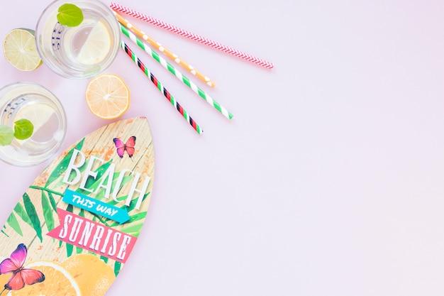 Mojito cocktails em copos com prancha de surf Foto gratuita
