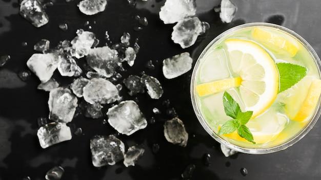 Mojito e gelo lascado Foto gratuita