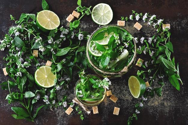 Mojito frio caseiro. folhas de hortelã, limão, açúcar mascavo Foto Premium