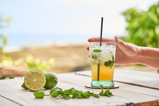 Mojito pronto para beber na praia Foto Premium