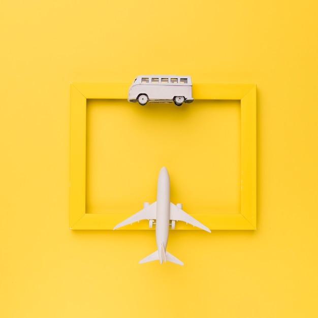 Moldura amarela decorada com transporte de brinquedo Foto gratuita