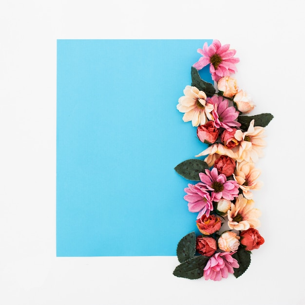 Moldura azul com lindas rosas ao redor Foto gratuita