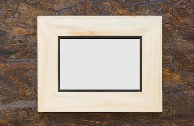 Moldura branca de madeira no cenário de madeira texturizada Foto gratuita