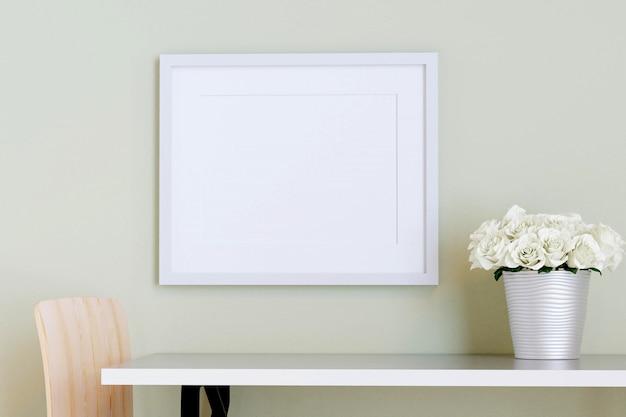 Moldura branca na parede com mesa e flor em um vaso. 3d rendem. Foto Premium