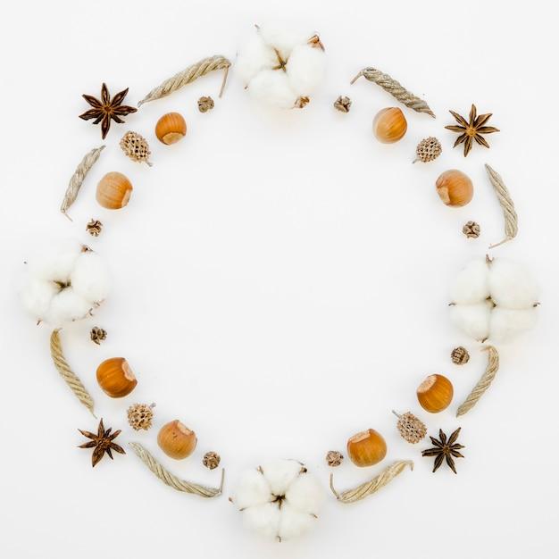 Moldura circular de vista superior com bolotas e flores de algodão Foto gratuita