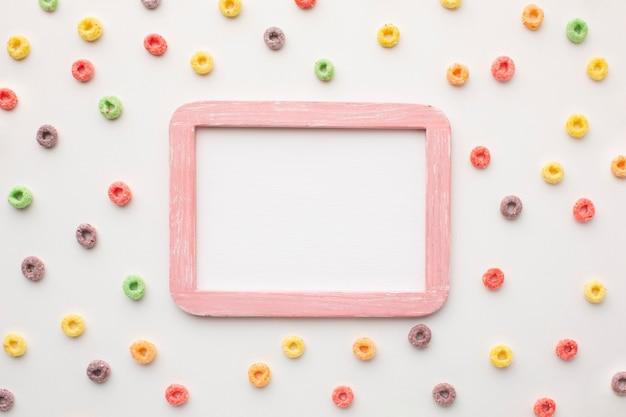 Moldura colorida de vista superior, rodeada de cereais Foto gratuita