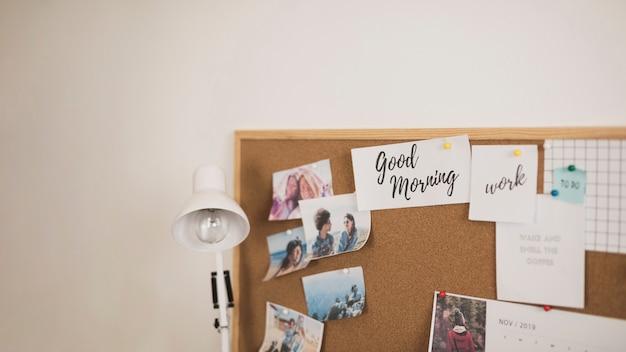 Moldura com lâmpada de fotos e lista de tarefas Foto gratuita