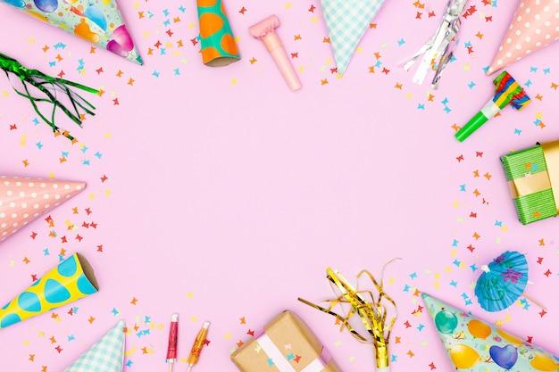 Moldura de acessórios de aniversário em fundo rosa Foto gratuita