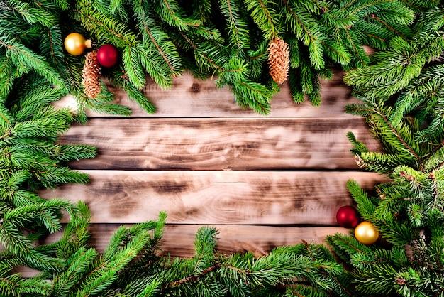 Moldura de árvore de abeto de natal em madeira natural Foto Premium