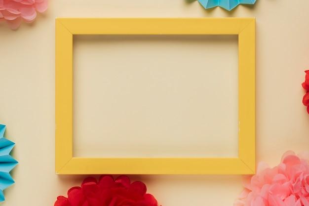 Moldura de borda de madeira amarela com flores de origami decoradas Foto gratuita