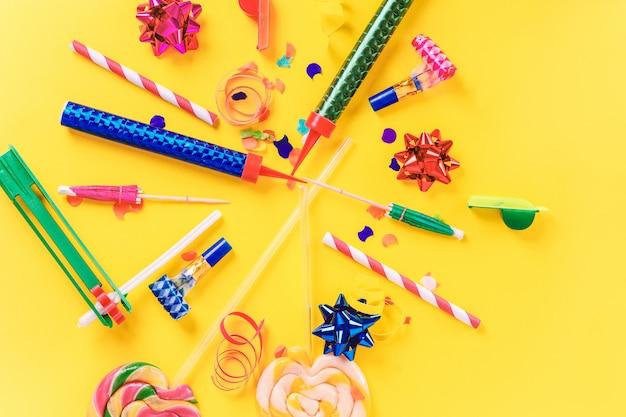 Moldura de festa colorida com objets de aniversário Foto Premium