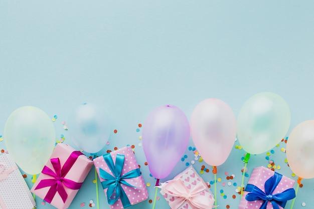 Moldura de festa vista superior com balões e presentes Foto gratuita