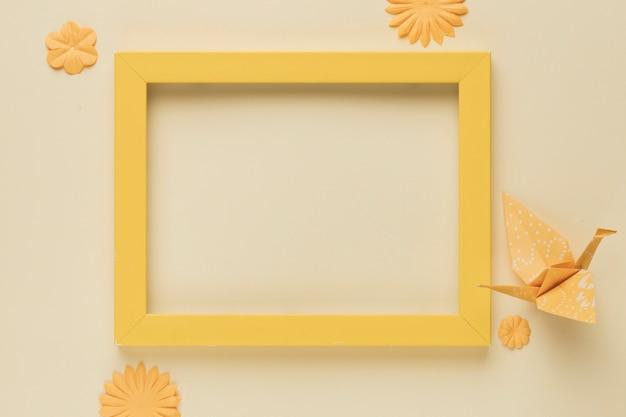 Moldura de madeira amarela com papel pássaro e flor recorte Foto gratuita