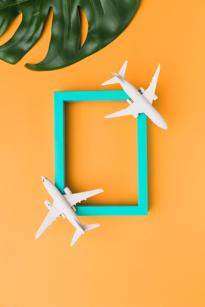 Moldura de madeira com aviões de brinquedo Foto gratuita