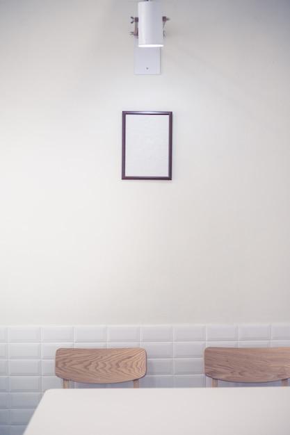 Moldura de madeira na parede branca Foto Premium