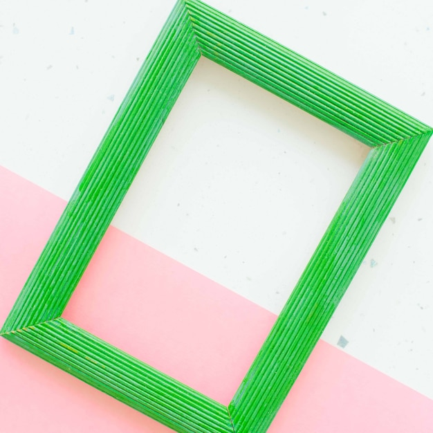 Moldura de madeira verde com fundo branco e rosa Foto Premium