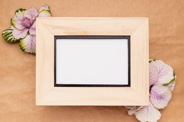 Moldura de madeira vista superior com flores Foto gratuita