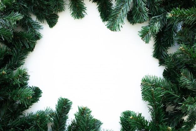 Moldura de natal com enfeites de árvore e natal de natal. feliz natal cartão de felicitações, banner. Foto Premium