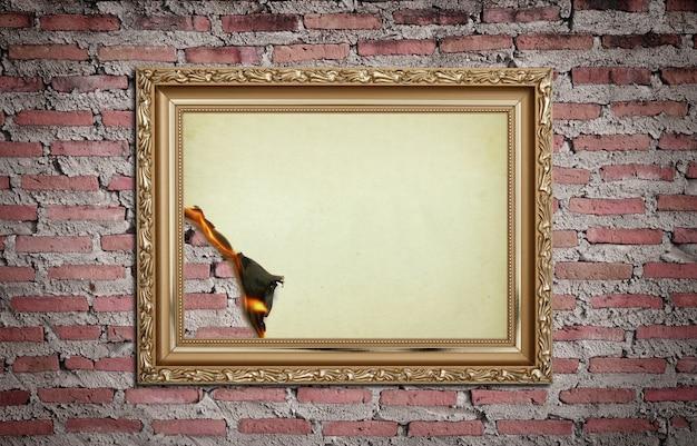 Moldura de ouro vintage com fundo queimado na parede Foto gratuita