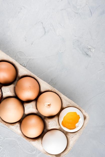 Moldura de ovos de vista superior com cópia-espaço Foto gratuita