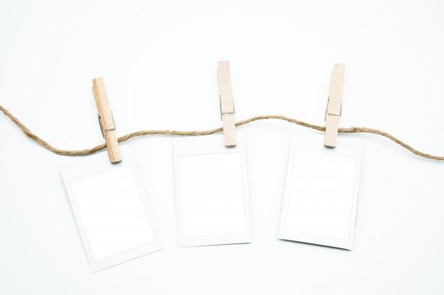 Moldura de polaroid vazio pendurado na haste com traçado de recorte Foto Premium
