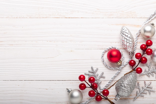 Moldura de prata decoração de natal vermelho sobre fundo branco de madeira Foto Premium