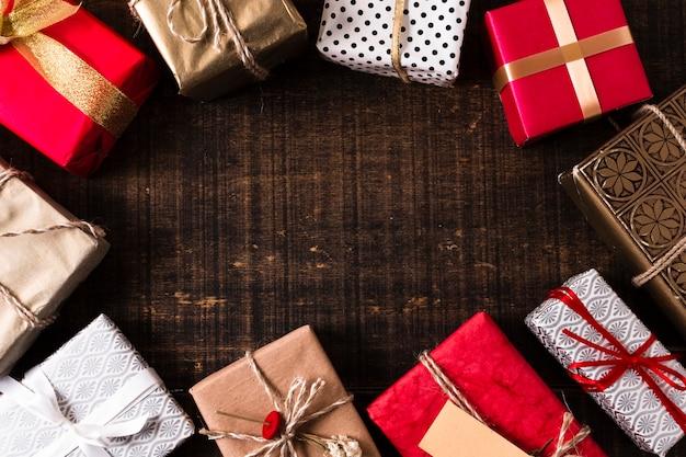 Moldura de presentes de natal com espaço de cópia Foto gratuita