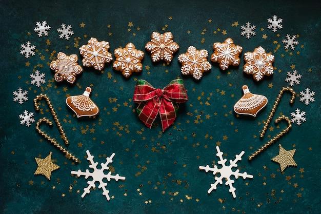 Moldura de saudação de natal - padrão de biscoitos de gengibre, flocos de neve e decoração de natal Foto Premium