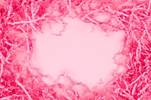 Moldura de vista superior canudo decorativo rosa, enchimento para presentes, aparas, fitas de papel Foto Premium