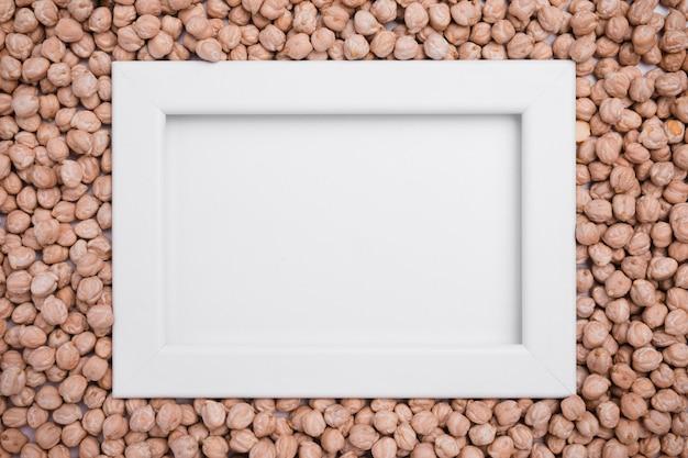 Moldura de vista superior, cercada por grão de bico orgânico Foto gratuita