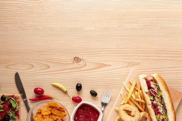 Moldura de vista superior com comida e espaço para texto Foto gratuita